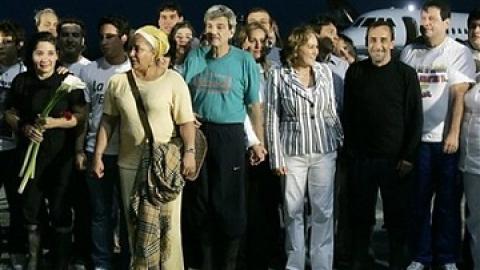 Former Colombian legislators reunited with their families at Simon Bolivar International Airport (YVKE Mundial)