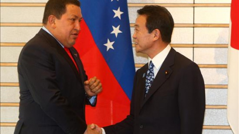 Venezuelan President Hugo Chavez (Left) and Japanese Prime Minister Taro Aso (YVKE Mundial)