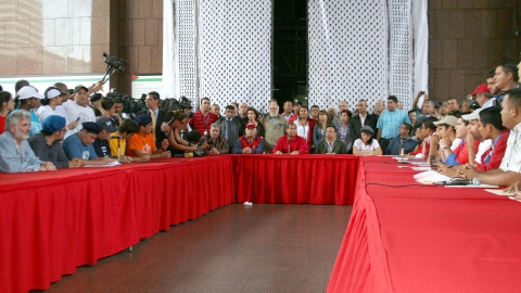 Cecilia Garcia and opposition students (left), Luis Acuña (center), and pro-government students (right), debating (ABN)