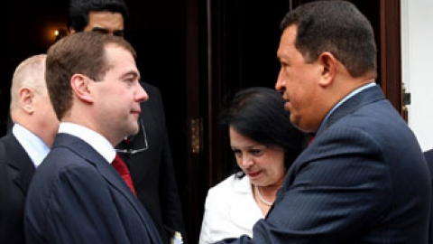 Venezuelan President Hugo Chavez (right) and Russian President Dmitri Medvedev on Wednesay (EFE)
