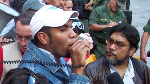 PCV Secretary Oscar Figuera listens to SINGETRAM Secretary Felix Martinez in front of the parliament (Maxim Graubner)