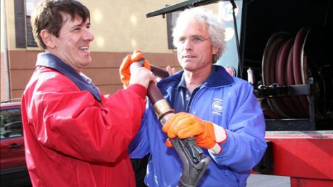 Citgo CEO alejandro Ganado (left) and Citizen's Energy chairman Joseph P. Kennedy II get ready to pump heating oil in New York City. (EFE)