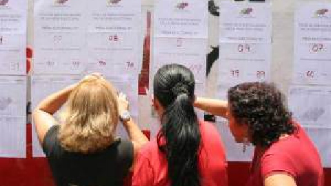 Voters revise lists before voting in PSUV primary elections (Manuel Sarda)