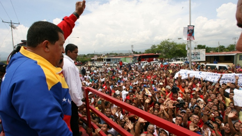 President Hugo Chavez speaks to a crowd of supporters (AVN)