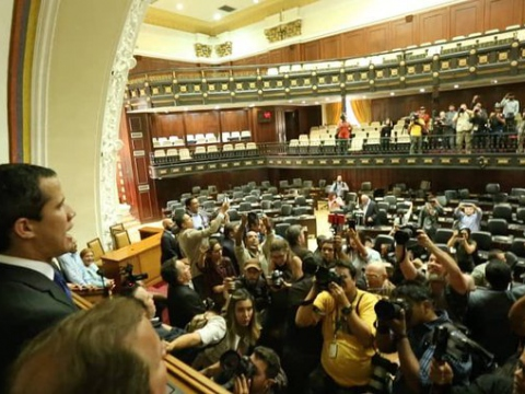 Journalists appeared to outnumber the lawmakers present at Guaido's parallel legislative session. (@pvillegas_tlSUR)