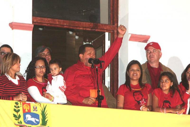Chavez addresses a celebrating crowd after the amendment victory (Francisco Batista)