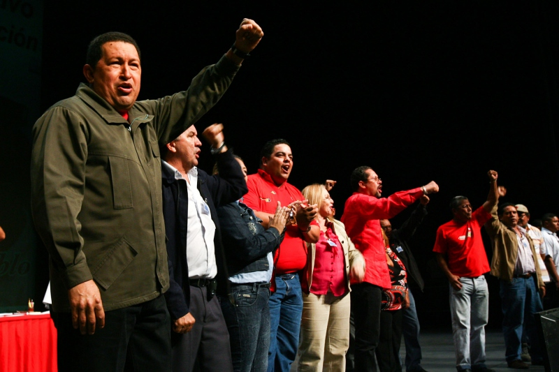 President Chavez and national teacher union representatives during a ceremony on Tuesday (Prensa Presidencial)