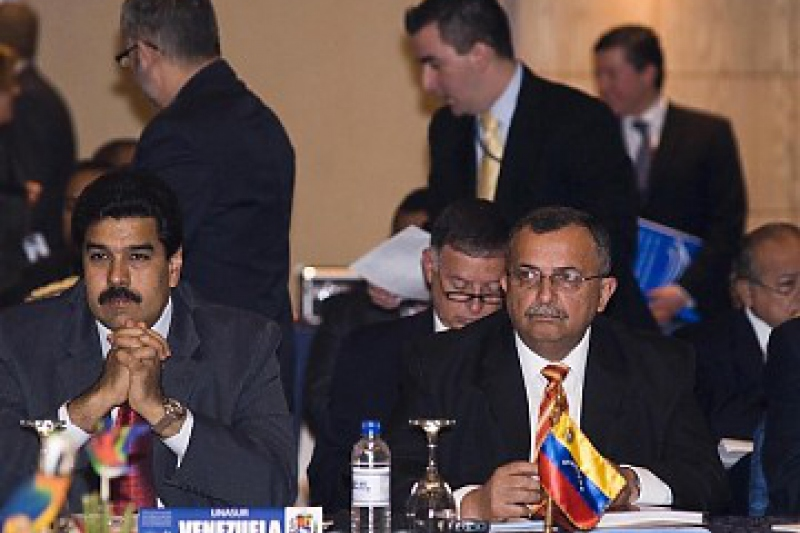 Venezuelan Foreign Minister Nicolas Maduro (at left) and Defence Minister Ramon Carrizalez at the UNASUR meeting (ABN)
