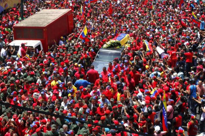 Venezuelans accompanying Chavez's coffin.