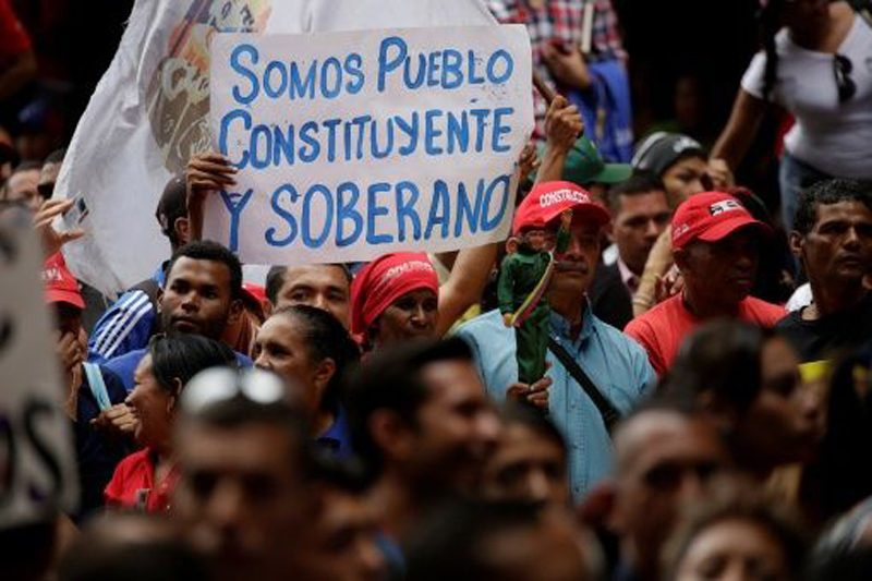 """Sign reads, """"We are a sovereign and constituent people."""" (mardefuegitos.info)"""