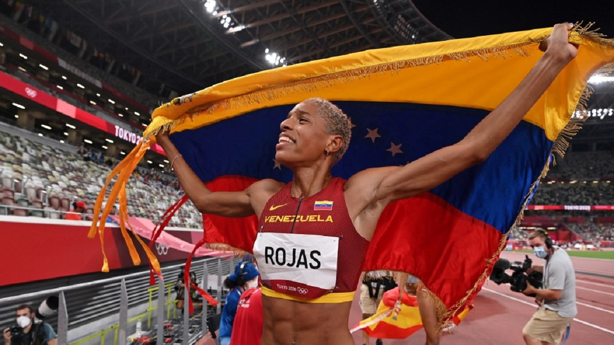 Rojas cried with joy after breaking the world and Olympic records in Tokyo on Sunday. (Youth and Sports Ministry)