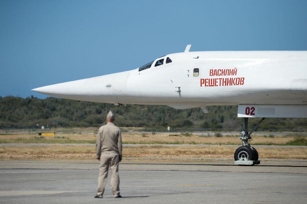 A Russian Tu-160 airpline lands in Venezuela's Maiquetia Airport. (Federico Parra / AFP)