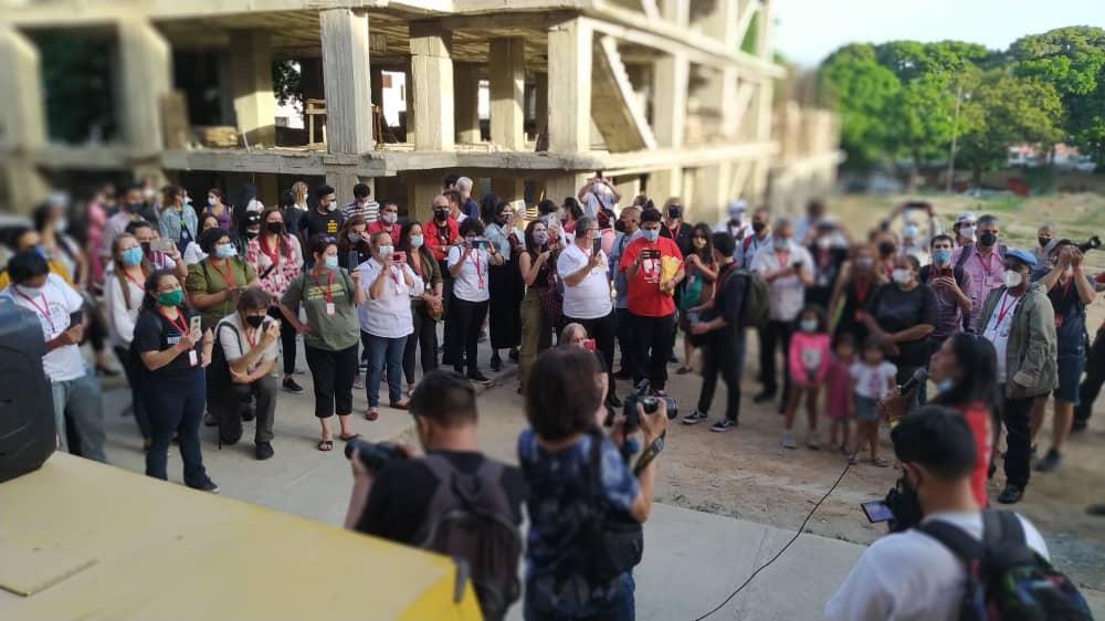 """An international delegation met with the Pioneros Movement (Campamento de Pioneros y Pioneras """"22 de Enero"""") in Chacao municipality, Miranda state, to share experiences on urban housing struggles. (Instagram / mov_pobladorxs)"""
