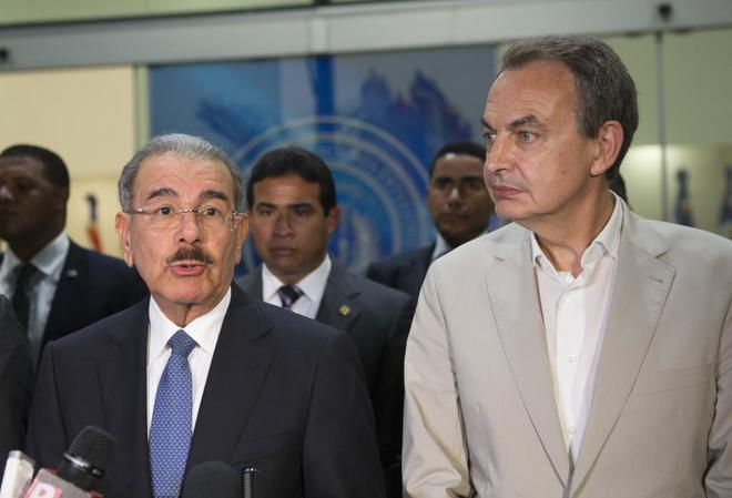 Dominican President Danilo Medina and former Spanish President José Luis Rodríguez Zapatero make comments to press