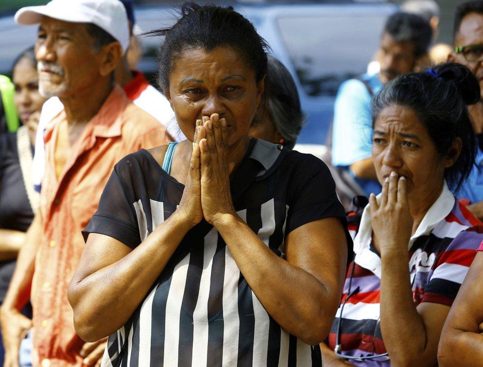 Venezuelans in mourning outside Carabobo state prison facility (Juan Carlos Hernandez / AP)