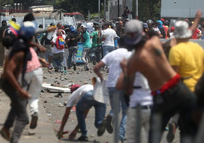 Opposition activists brought violence to the Simon Bolivar International Bridge on February 23, 2019 (Efe)