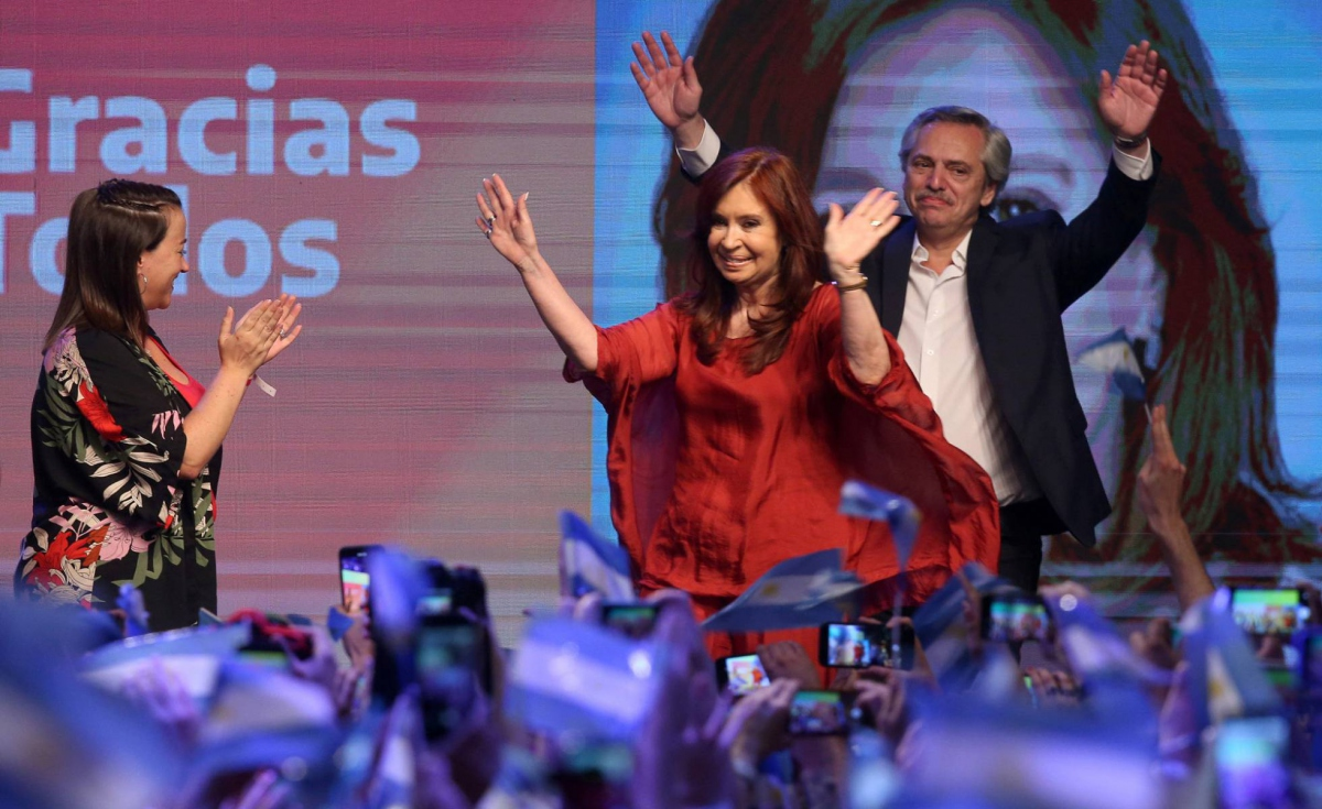 Progressive candidate Alberto Fernandez celebrates his victory alongside his vice-president, Cristina de Kirchner, in Argentina this Sunday. (Agustin Marcarian / Reuters)