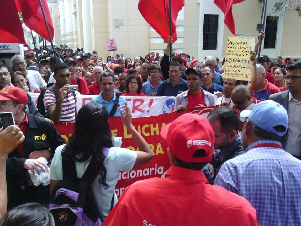 Workers demonstrated on Thursday for improved salaries and labor rights in front of the ANC. (JCV)