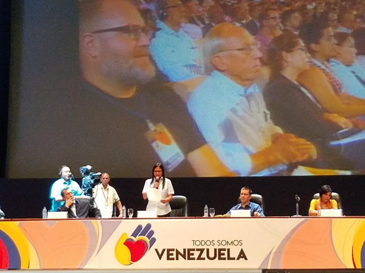 Delcy Rodríguez addresses international delegates and Venezuelan social movements