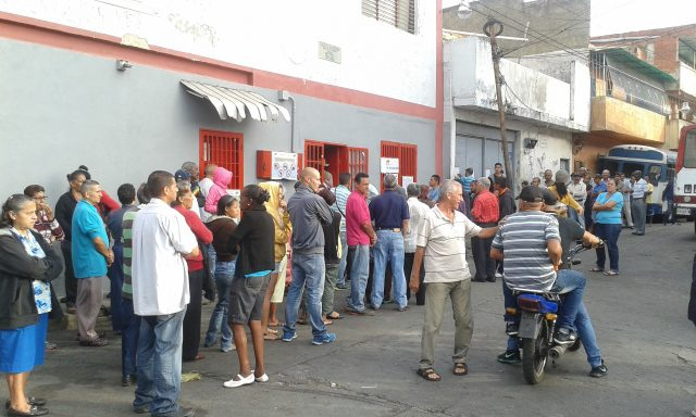 Voters waiting in line in Catia, a popular neighbourhood in Western Caracas (Ricardo Vaz)