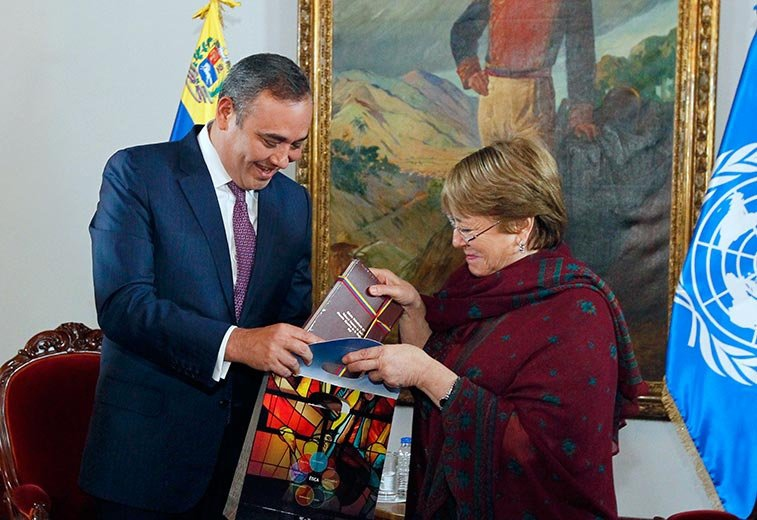 President of the Supreme Court Maikel Moreno exchanges gifts with the UN representative. (@MaikelMoreno / Twitter)