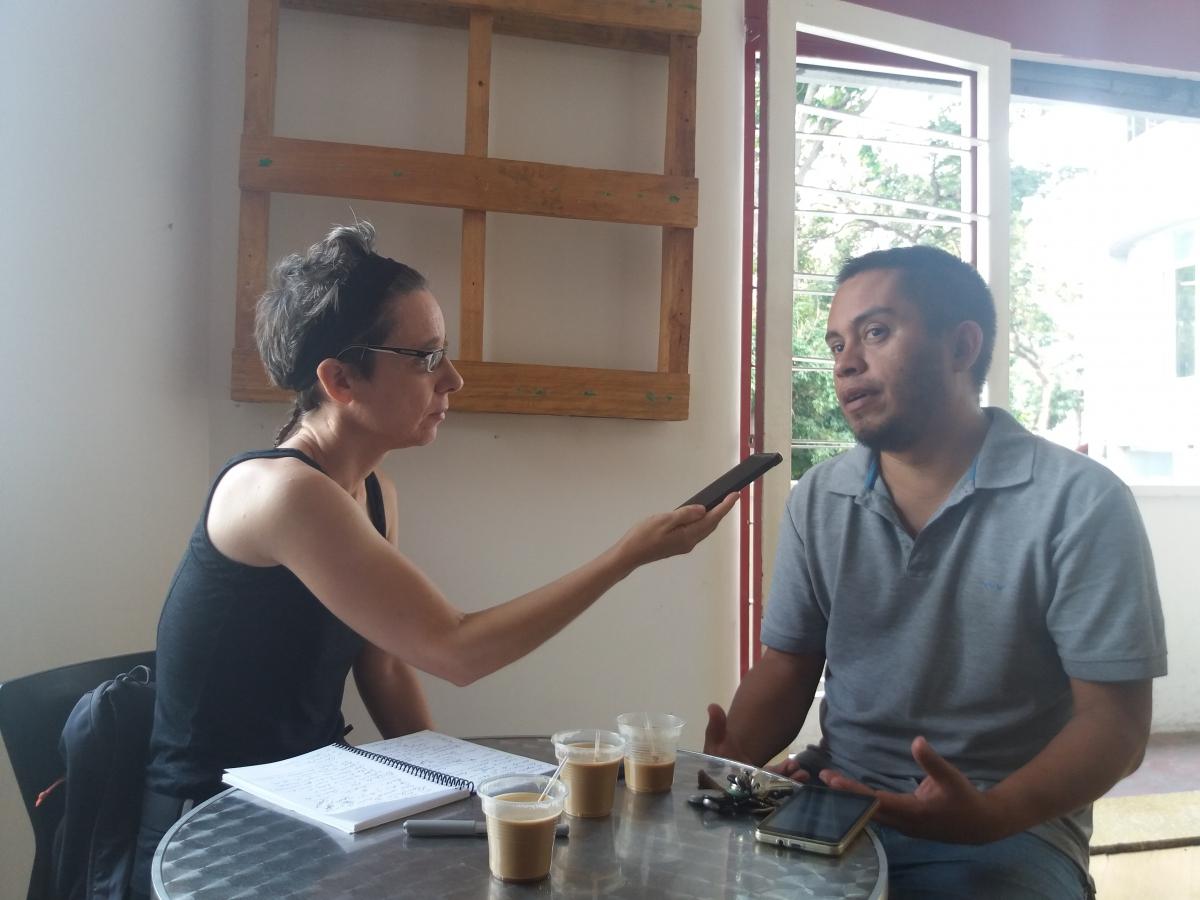Cira Pascual Marquina interviews Luis Salas in Cafe Venezuela, Caracas. (Ricardo Vaz/Venezuelanalysis)