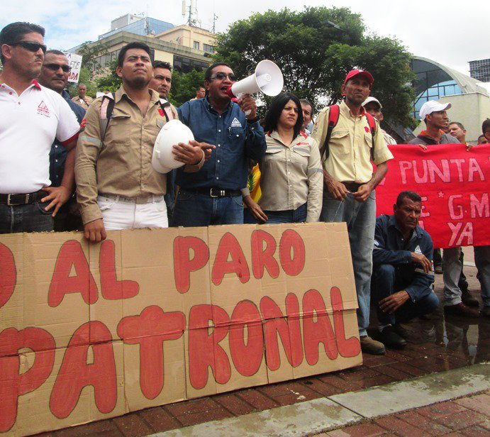 """Workers held banners protesting a """"technical stoppage"""" in the plants due to inefficient running of them (Aporrea)"""