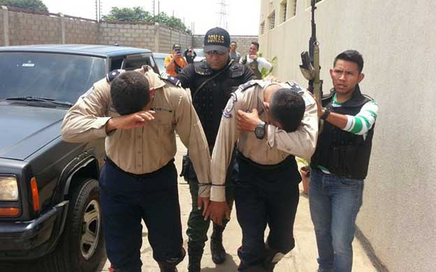 Special forces arrest two policemen accused of corruption in 2015 in Lara state. (La Verdad)