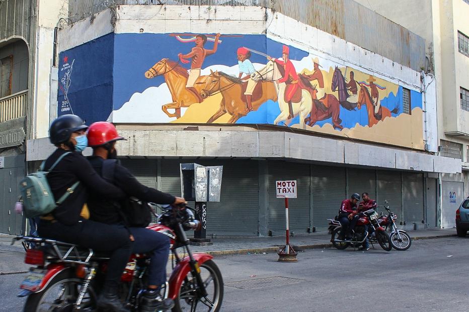 Bicentenary mural painted by artist Víctor Rodríguez 'Forastero.' (Jacobo Méndez / RT)