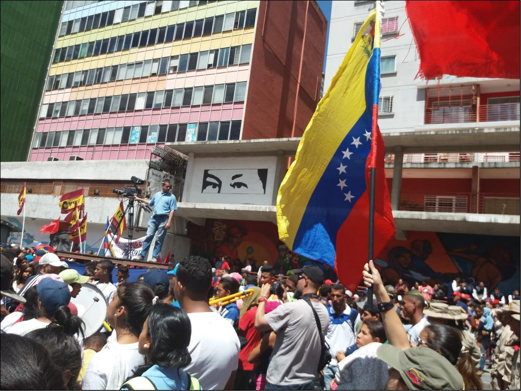Venezuelan flag waves with a mural of Chavez in the background (Ricardo Vaz)
