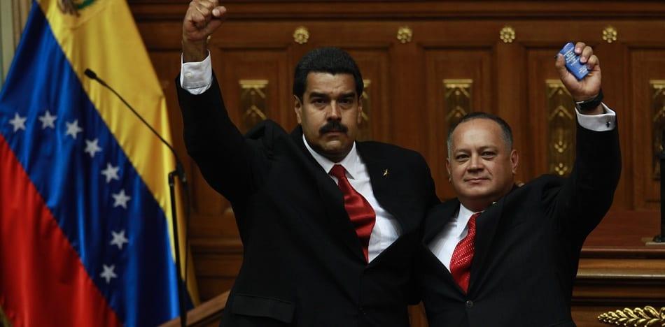 President Nicolas Maduro (L) and Constituent Assembly President Diosdado Cabello (R) stand side by side holding Venezuela's 1999 Constitution aloft (Alba Ciudad)