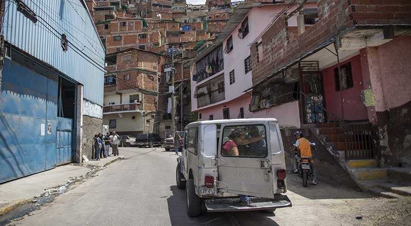 A truck carries passengers up into the hilly Antímano barrios. (Supuesto Negado)