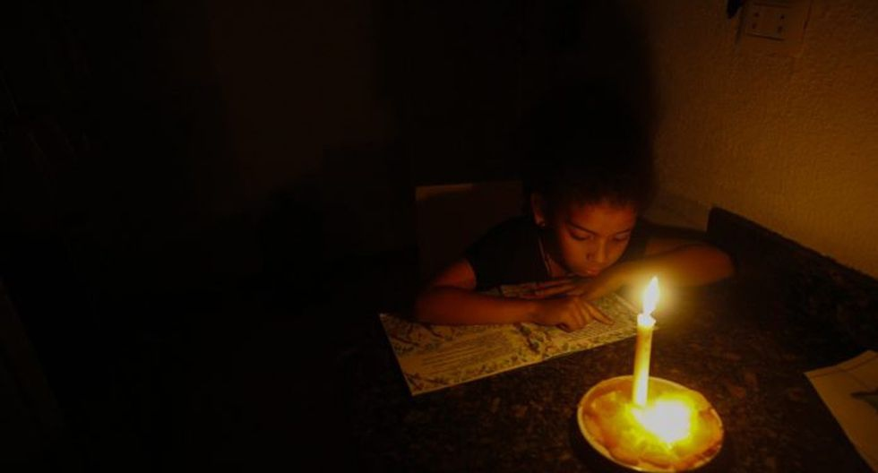 A Venezuelan student struggles to study during the blackouts. (El Nacional)