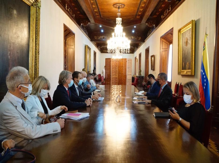 """Members of the EU's """"exploratory mission"""" meet with Foreign Minister Jorge Arreaza in Caracas. (@CancilleriaVE / Twitter)"""