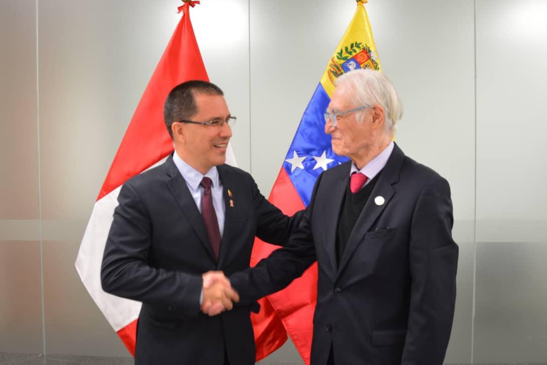 Venezuelan Foreign Minister Jorge Arreaza greets his Peruvian counterpart Héctor Béjar during a bilateral meeting in Lima, Peru. (@jaarreaza / Twitter)
