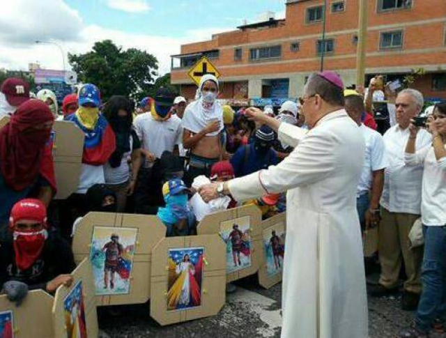 Archbishop Antonio Lopez Castillo blesses armed right wing extremists in Barquisimeto, Lara State, during the 2017 violent street protests which failed in their efforts to force Nicolas Maduro from power (Noticias Barquisimeto)