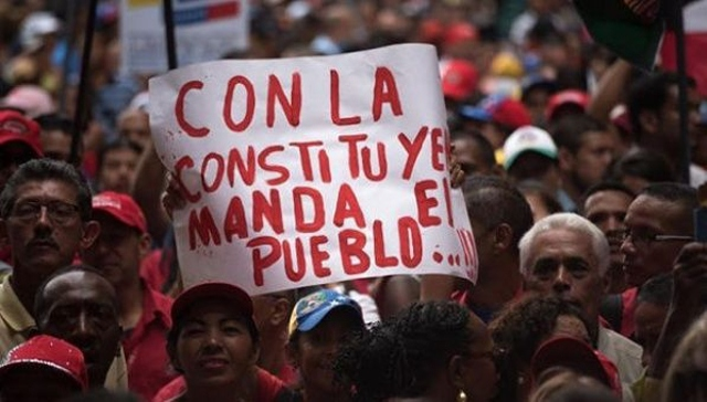 "A banner at a pro-government march reads ""The people are in charge with the Constituent Assembly."" (CubaDebate)"