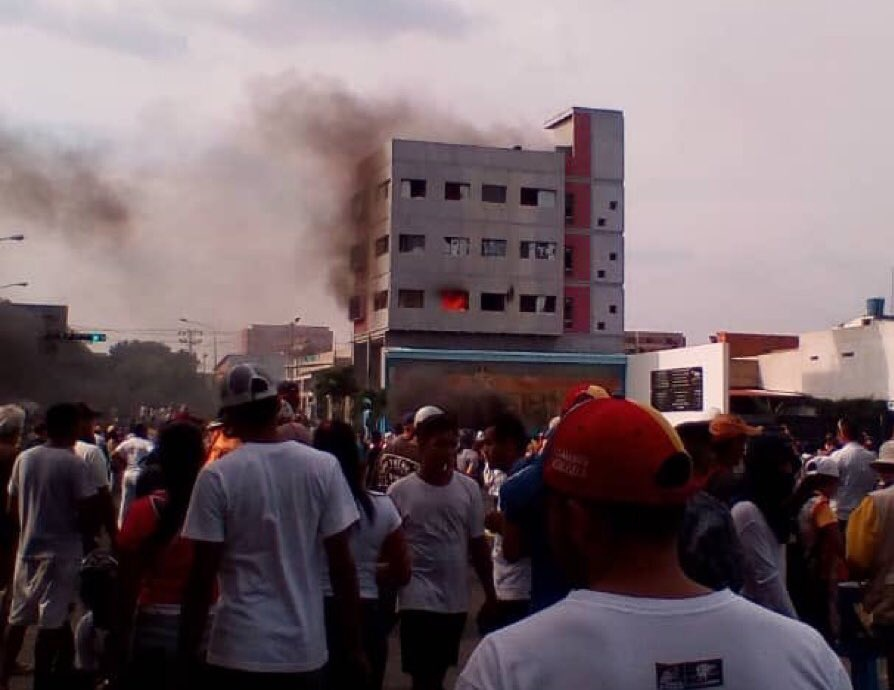 Opposition supporters march through Barquisimeto City as a local government child protection services office is torched. (@AndrewsAbreu / Twitter)