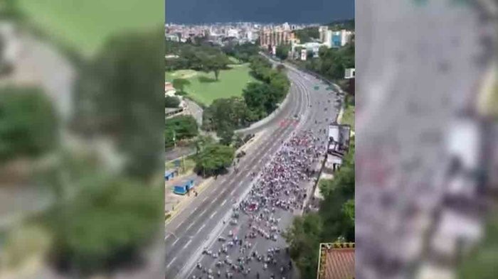 Guaido supporters march along the Santa Fe Overpass in Caracas (Globovision)