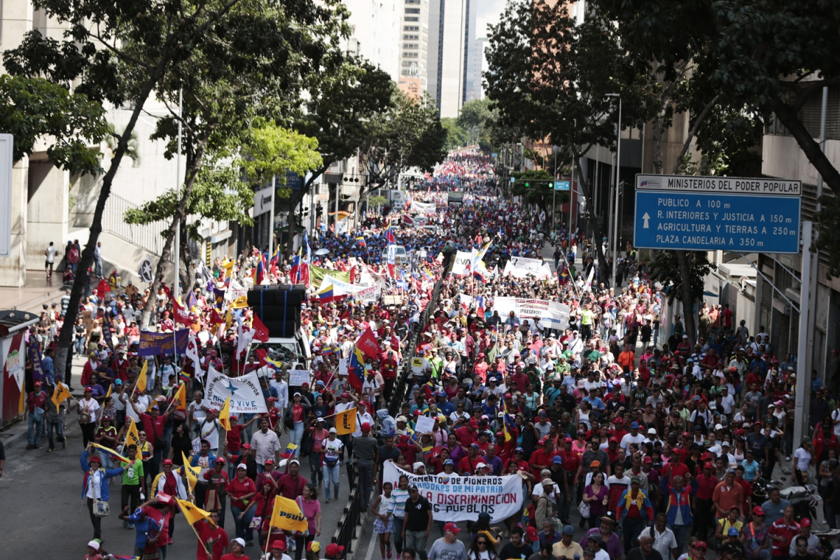 "Venezuelan Chavistas flooded the streets Saturday in support of the Bolivian anti-coup struggle and against ""imperialism"" and ""fascism."" (Hector Teran / MIPPCI Press)"