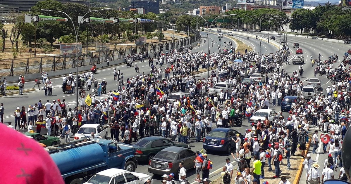 Opposition marchers rally on the Francisco Fajardo highway in Caracas (@Segovia Bastidas / Twitter)
