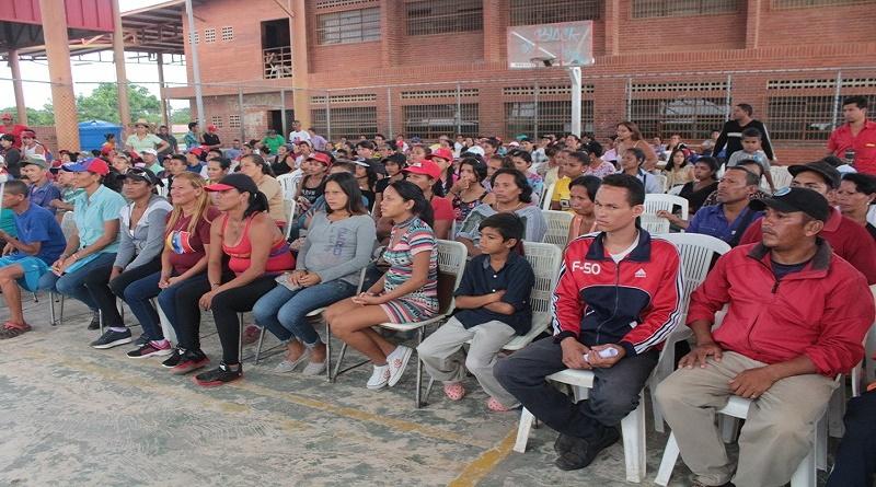 Communards gather in an assembly. Barcelona, Anzoategui State. (VTV)