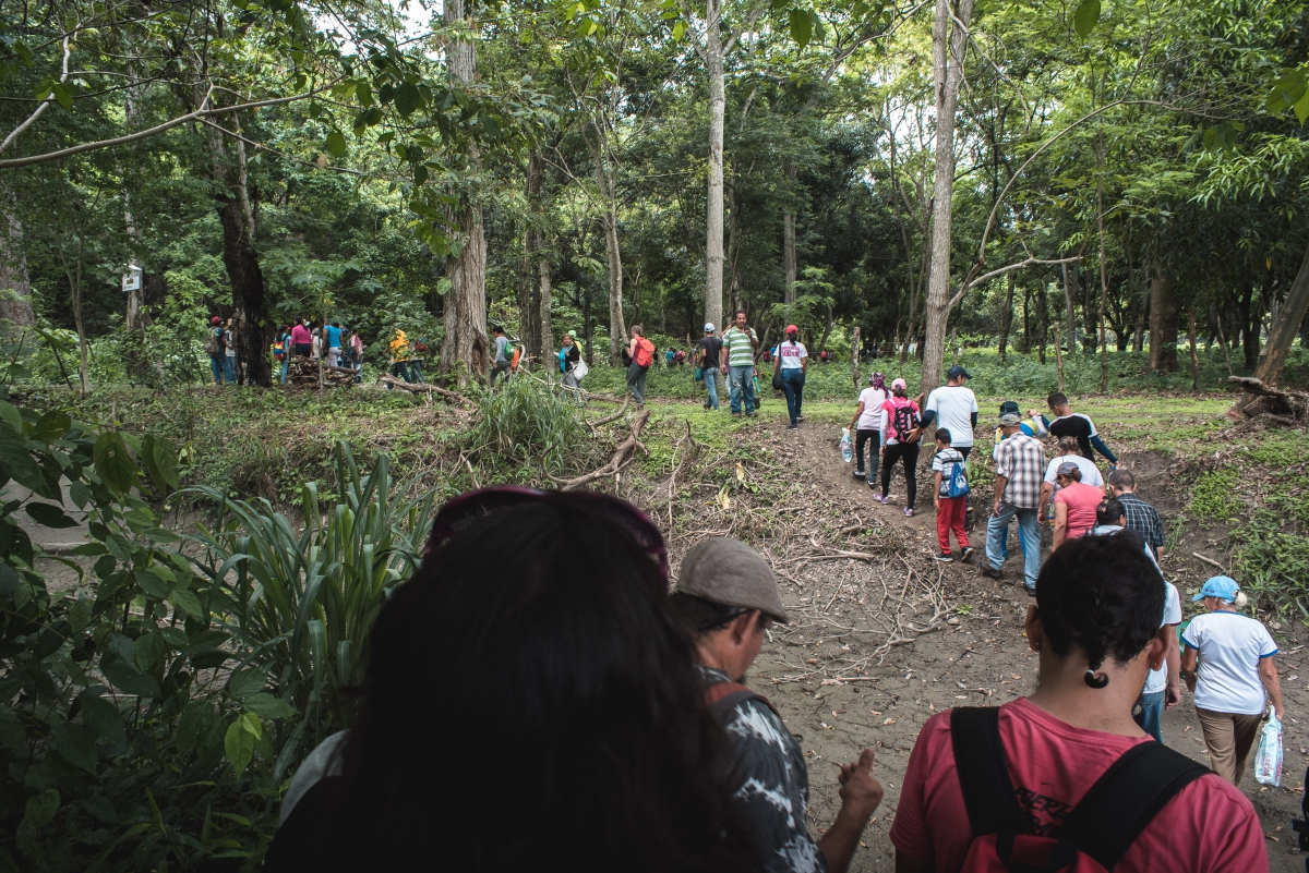 Residents and activists held a trek to raise awarness about the issue (Marcelo Volpe).