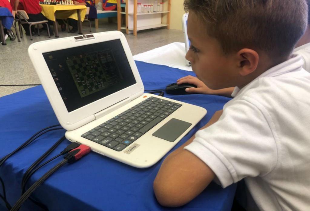 Millions of Venezuelan children have received Canaima laptops, but the internet connection makes virtual schooling unrealistic. (@pinfantea  / Twitter)