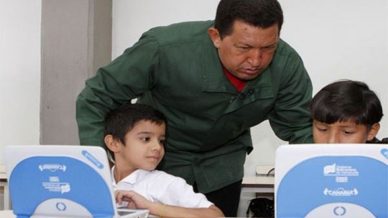 Hugo Chavez and two children who received the canaimita computer. (MinCI)
