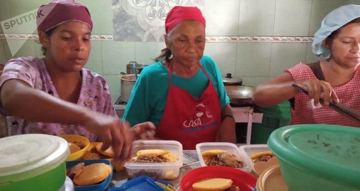"Four cooks prepare food for 221 people in the ""Luchadoras de la Patria"" food house. (Marco Teruggi / Sputnik)"