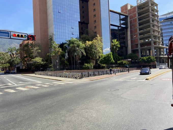 The large cities were completely desolate as the lockdown kicked in, with this wealthy business sector of Chacao in Caracas empty. (@la_quilla9 / Twitter)