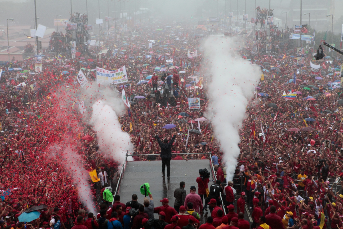 President Chavez facing a huge crowd in what was his last public rally, at the closure of his campaign in Caracas on October 6, 2012 (Alba Ciudad)