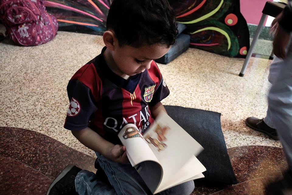 A Caracas child enjoys the pleasures of a book