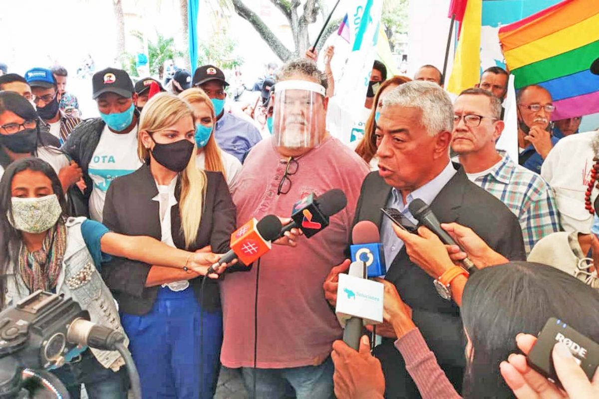 Candidate Claudio Fermin from Solutions Party meets with voters in Caracas. (Correo Del Orinoco)